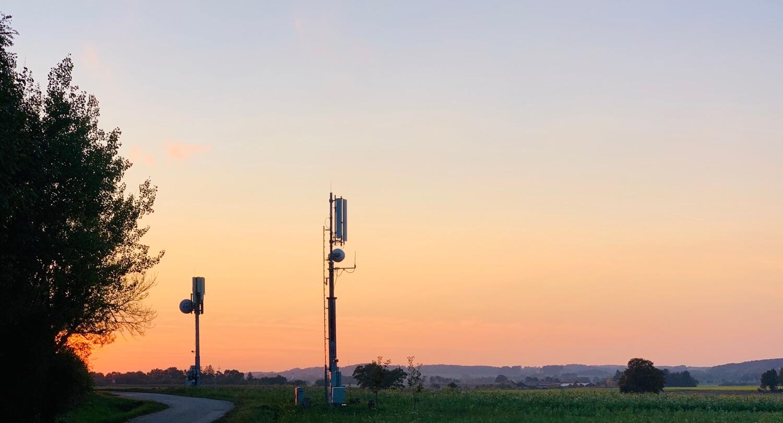 Sonnenuntergang mit Sendemast